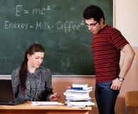 Überzeugter junger Lehrer und klassischer Tafelhintergrund stockfotos