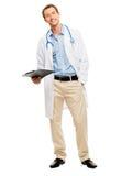 Überzeugter junger männlicher Doktor, der Klemmbrett auf weißem backgroun hält Lizenzfreie Stockfotografie
