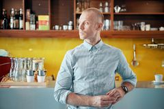 Überzeugter Kaffeestubemanager zuhause lizenzfreie stockfotos