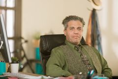 Überzeugter kreativer Geschäftsmann in einem Büro lizenzfreie stockfotos