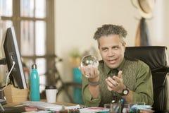 Überzeugter kreativer Mann mit Crystal Ball Stockbild