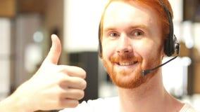 überzeugter Kundendienstmitarbeiter, der oben in einem Call-Center, Daumen arbeitet stock footage