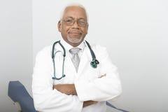 Überzeugter männlicher Doktor Standing With Hands faltete sich Lizenzfreie Stockfotografie
