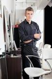 Überzeugter männlicher Friseur-With Scissors At-Salon Lizenzfreie Stockfotos