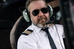 Überzeugter männlicher Hubschrauberpilot lizenzfreie stockfotos