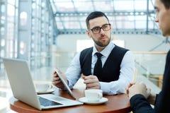 Überzeugter Manager Presenting Business Deal in der Sitzung stockbilder