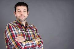 Überzeugter Mann auf Grau Lizenzfreie Stockfotografie