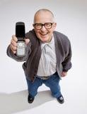 Überzeugter Mann, der Handy anzeigt Stockfotos