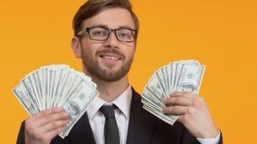 Überzeugter Mann, der viele Dollar, Geschäft ausbildet hält, wie man, Reichtum reich wird stock video footage