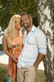 Überzeugter Mann mit der blonden Freundin im Freien Lizenzfreie Stockfotografie