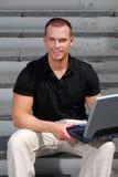 Überzeugter Mann mit Laptop-Computer stockbilder