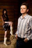 Überzeugter Mann und junge Frau in der hölzernen Protokollhütte Stockfotos
