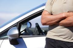 Überzeugter Mannfahrer, der Neuwagenkonzept fährt Lizenzfreie Stockfotos