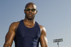Überzeugter muskulöser Mann in der Sportkleidung Lizenzfreies Stockbild