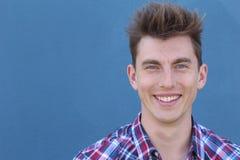 Überzeugter nordischer blonder Mann mit dem Lächeln der blauen Augen Stockbild