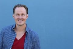 Überzeugter nordischer blonder Mann mit dem Lächeln der blauen Augen Lizenzfreie Stockfotografie