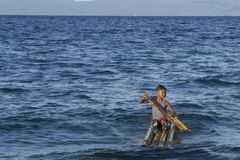 Überzeugter philippinischer Kinderkapitän auf seinem gemachten Hauptfloß in Leyte, Philippinen, tropisches Asien Lizenzfreies Stockbild