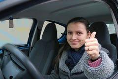 Überzeugter schöner Brunette-Frauenfahrer Stockbild