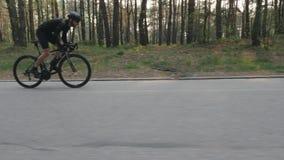 Überzeugter starker geeigneter Radfahrer, der aus dem Sattel heraus sprintet Seite folgen Schuss Radfahrenkonzept Langsame Bewegu stock video