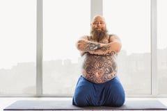 Überzeugter starker Kerl, der Meditation tut Lizenzfreie Stockfotos