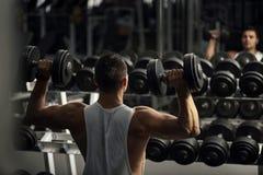 Überzeugter starker Weightlifter, der ein Training hat lizenzfreie stockfotografie