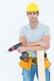 Überzeugter Tischler mit hölzerner Planken- und Bohrgerätmaschine Lizenzfreies Stockbild