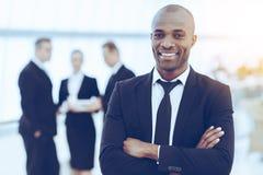 Überzeugter und erfolgreicher Geschäftsmann lizenzfreies stockfoto