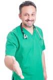 Überzeugter und lächelnder Angebothändedruck jungen Doktors Lizenzfreie Stockfotos