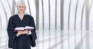 Überzeugter weiblicher Richter, der Buch hält stockbilder