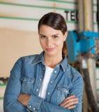 Überzeugter weiblicher Tischler Standing Arms Crossed Lizenzfreie Stockfotografie