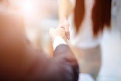 Überzeugter zwei Geschäftsmann, der Hände während einer Sitzung im Büro, im Erfolg, im Behandeln, im Gruß und im Partnerkonzept r stockbilder