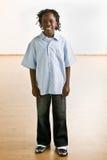 Überzeugtes afrikanisches Jungenlächeln Stockfoto