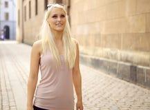 Überzeugtes balanciertes junges Stadt-Mädchen Stockbilder