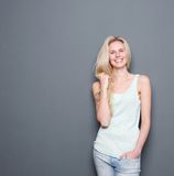 Überzeugtes blondes Frauenlächeln Lizenzfreies Stockfoto