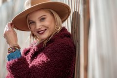 Überzeugtes blondes Mädchen, das positive Gefühle ausdrückt Stockbilder