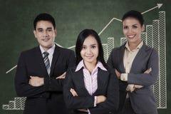 Überzeugtes businessteam mit Diagramm Stockfotografie