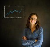 Überzeugtes Frauenschreiben auf Tafelhintergrund mit Diagramm Stockfotos