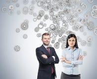 Überzeugtes Geschäftsduo und Silbergänge Stockfoto
