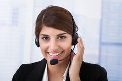 Überzeugtes Geschäftsfrau-Wearing Headset In-Büro Stockbilder