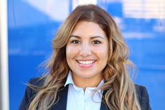 Überzeugtes Geschäftsfrauporträt des schönen smiley draußen Stockbild