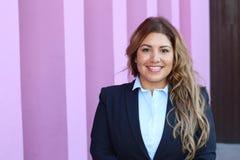Überzeugtes Geschäftsfrauporträt des schönen smiley draußen lizenzfreies stockfoto