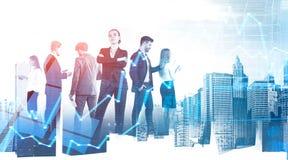 Überzeugtes Geschäftsteam in der Stadt, digitale Diagramme stockfotos