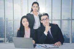 Überzeugtes Geschäftsteam in einem Büro stockfotos