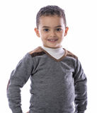 Überzeugtes Kind, das mit einem Lächeln steht Stockfotos
