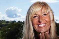 Überzeugtes Lächeln einer reifen Frau Stockbilder