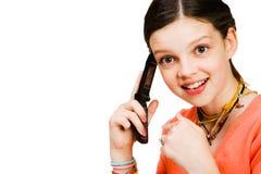 Überzeugtes Mädchen, das auf Mobile spricht Stockfoto