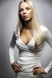 Überzeugtes Modeporträt Blondine im weißen Kleid Lizenzfreies Stockbild