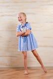 Überzeugtes schönes junges Mädchen in einem stilvollen Kleid Lizenzfreies Stockbild