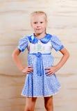 Überzeugtes schönes junges Mädchen in einem stilvollen Kleid Lizenzfreie Stockfotografie