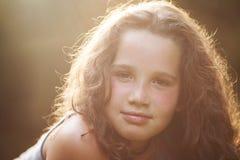 Überzeugtes schönes Schauen des jungen Mädchens Lizenzfreies Stockbild